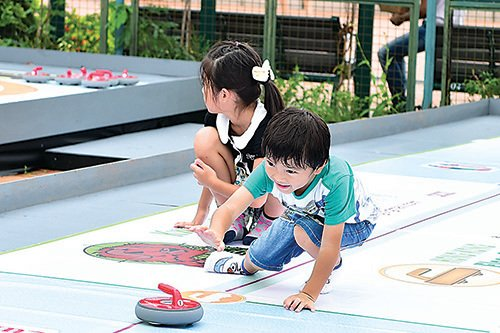 地壺球是香港人李石樁將冰壺球改良而成的本地運動,老少咸宜。(郭威利/大紀元)