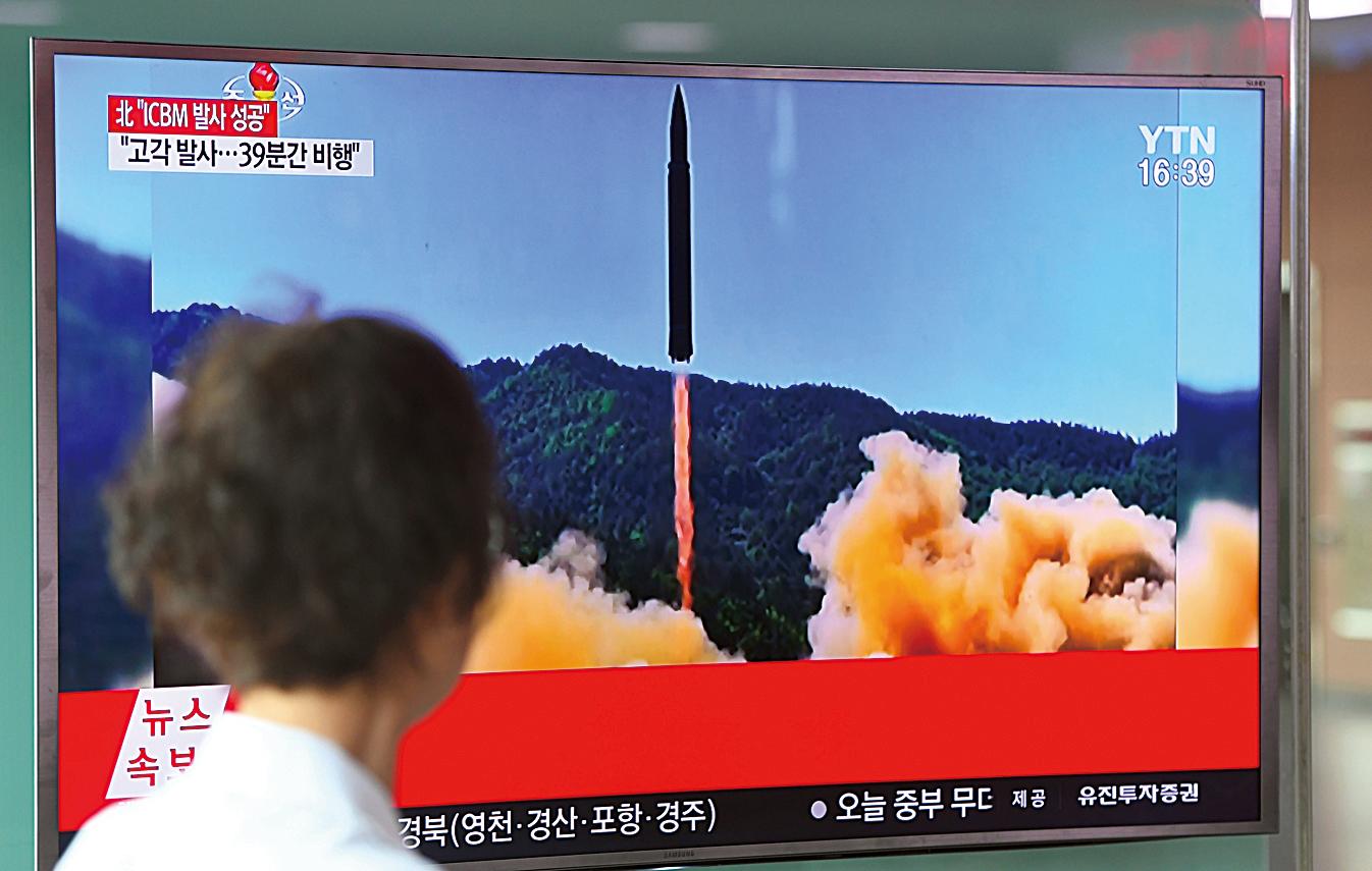 2017年7月4日,北韓發射洲際導彈。圖為南韓首爾火車站的電視螢幕。(Getty Images)