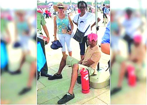 來自非洲的男遊客在天安門遇上人生第一次中暑。(影片截圖)