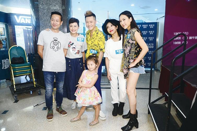 藝人鍾舒祺、姊姊鍾舒漫、羅敏莊一家及蘇志威出席童星比賽決賽。(宋碧龍╱大紀元)