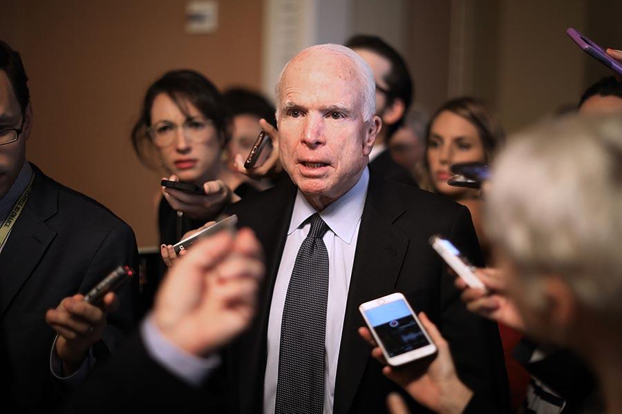 美參議院多數黨領袖麥康奈爾周六(7月15日)宣佈,由於參議員麥凱恩(John McCain)做手術,他將推遲健保法投票。圖為麥凱恩。(Chip Somodevilla/Getty Images)
