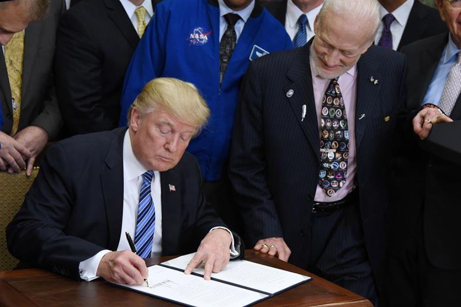 美國總統特朗普6月30日簽署行政令,重建國家航天委員會。阿波羅11號登月太空人布茲・奧爾德林(Buzz Aldrin)(右)在一旁見證特朗普的簽署。(Olivier Douliery-Pool/Getty Images)