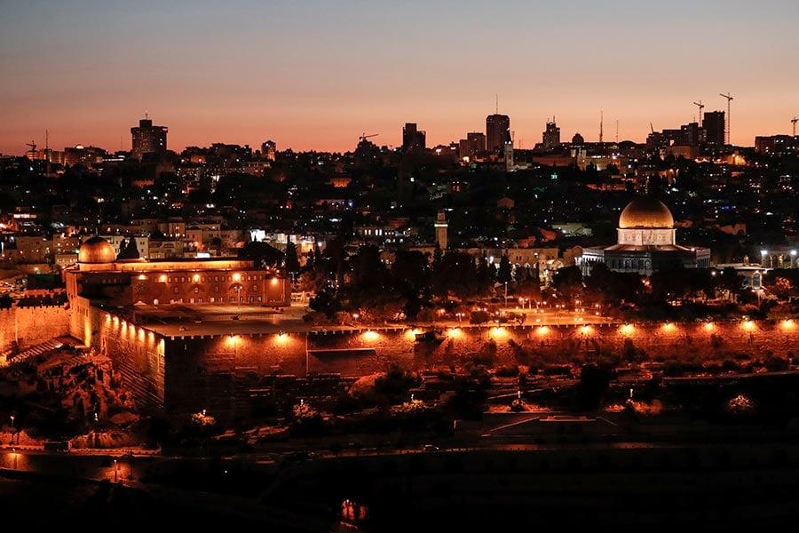 上周的致命槍擊案迫使以色列罕見關閉了耶路撒冷一個聖地,它周日重開吸引了數百名穆斯林教徒前往參拜。圖為耶路撒冷老城。(AHMAD GHARABLI/AFP/Getty Images)