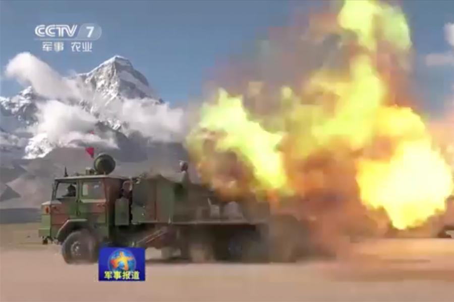 中印為邊界爭議相持不下之際,中共西藏軍區部隊日前在青藏高原展開實兵實彈演練。(視像擷圖)