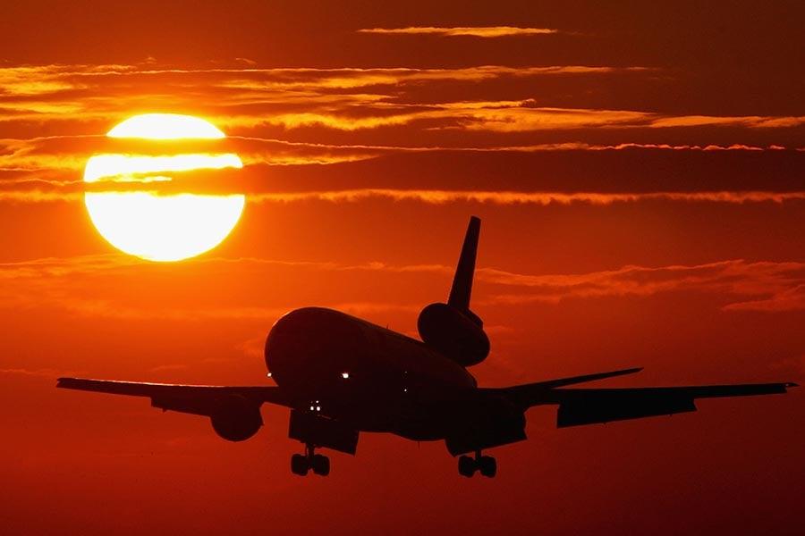 美國西部高溫問題不僅使數十宗火災難以控制,而且也迫使一些航空公司因飛機無法產生足夠升力而取消航班。(Justin Sullivan/Getty Images)
