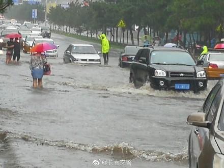7月16日,吉林再遭暴雨襲擊,長春市區積水嚴重。最近10天,北方遭遇近12年來最強高溫天氣,多地日最高溫達40-42度,突破歷史極值。圖為長春暴雨。(網絡圖片)