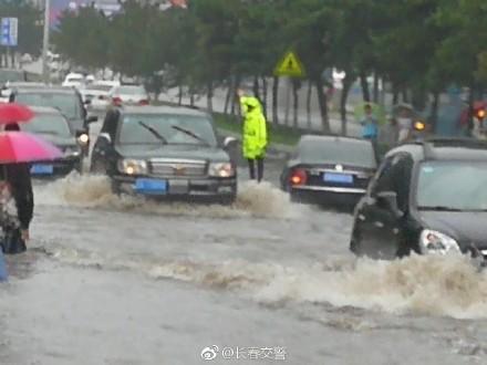 近日,吉林遭暴雨襲擊,長春市區積水嚴重。圖為長春暴雨。(網絡圖片)