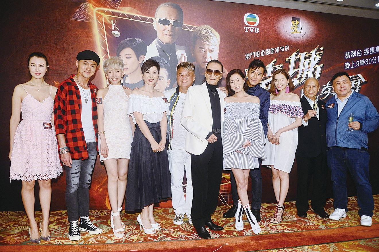 王晶導演(右一)帶領眾演員出席宣傳劇集《賭城群英會》,表示平均收視超過24點感滿意。(宋碧龍/大紀元)