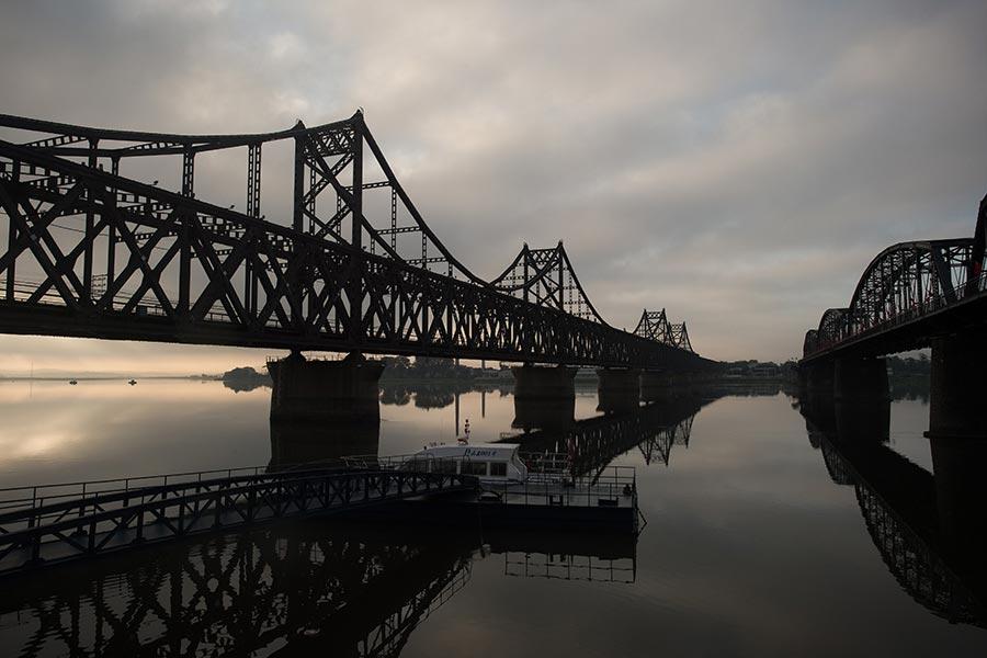 數據顯示,去年,中共向北韓輸送9.6萬噸以上的汽油和近4.5萬噸柴油,合計為6400萬美元。圖為丹東和北韓之間的大橋。(NICOLAS ASFOURI/AFP/Getty Images)