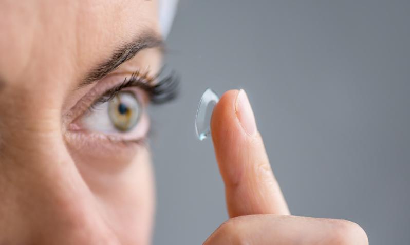 眼乾不適求醫 英婦不知自己戴了27片隱形眼鏡