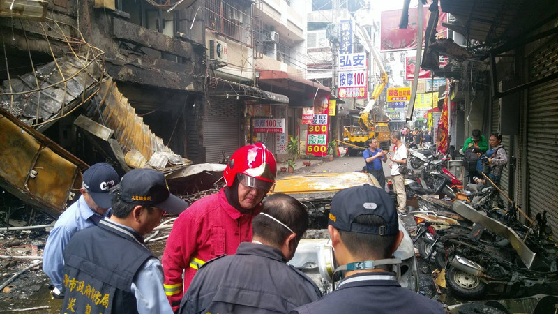 台中市逢甲商圈西安街的心齋橋餐廳18日中午用餐時刻突然發生煤氣氣爆,爆炸威力強大,現場滿目瘡痍,有14人受到燒燙傷。消防局長蕭煥章(紅衣者)到場了解。(中央社)
