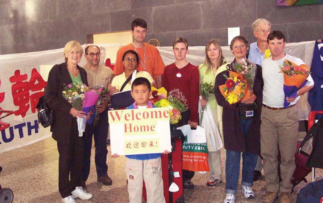 2002年3月9日,前奧運名將Jan Becker(左一)在天安門廣場抗議後回到墨爾本,在機場受到民眾熱烈歡迎。(Jan Becker提供)