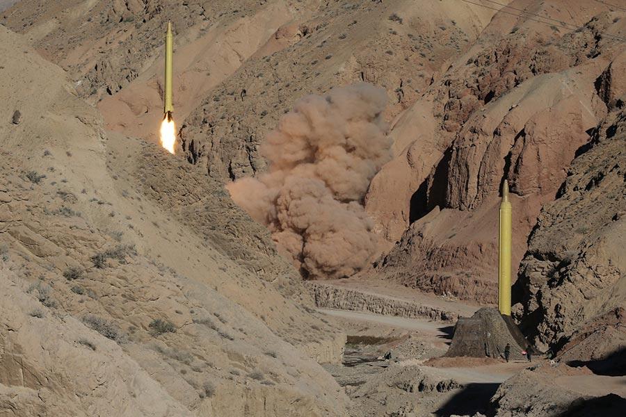 周二(7月18日),美國特朗普政府公佈了對伊朗新的經濟制裁,制裁對象包括一名中國公民和4家中國企業。圖為2016年3月9日,伊朗進行導彈試射。(MAHMOOD HOSSEINI/AFP/Getty Images)