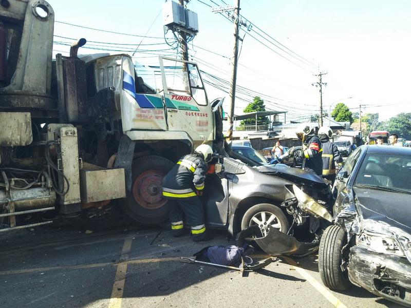 台陽明山重大車禍水泥車撞22車 3死1命危9傷