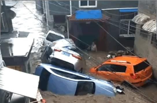 陽城縣突降暴雨後,引發山洪泛濫。(視像擷圖)