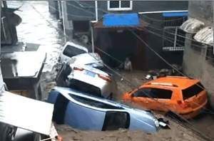山西陽城暴雨引發山洪 汽車掀翻塞滿巷道