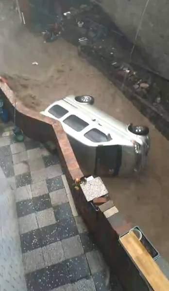 私家車被山洪沖倒。(網絡圖片)