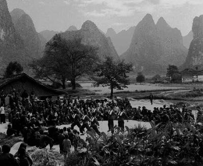 廣西文革發生「四二二」慘案,死亡人數高達10多萬,是中國最慘烈、血腥的地區。圖為中共廣西當局舉辦的文藝演出。(《開放》雜誌)