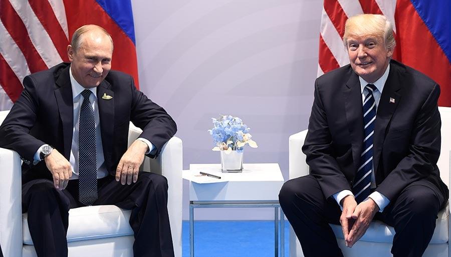 周五(7月7日),美國總統特朗普與俄羅斯總統普京在德國漢堡舉行的G20峰會上首次會面。(SAUL LOEB/AFP/Getty Images)