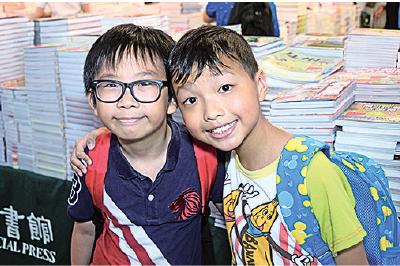 今年升小五的曾同學與彭同學,最想買兒童和天文書籍。