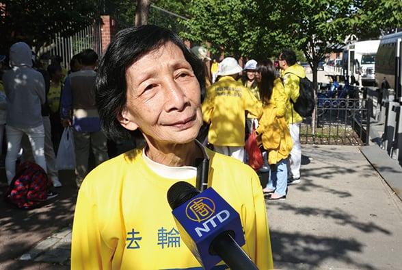 法輪功學員楊美雲當天第一個被警員抬上警車。法輪功案終極勝訴案後,在香港社會普遍被稱為「楊美雲案」。該案2013年被引用在港府律政司的《檢控守則2013》之中,成為保障港人言論、表達、請願自由的法律依據。(大紀元資料圖片)