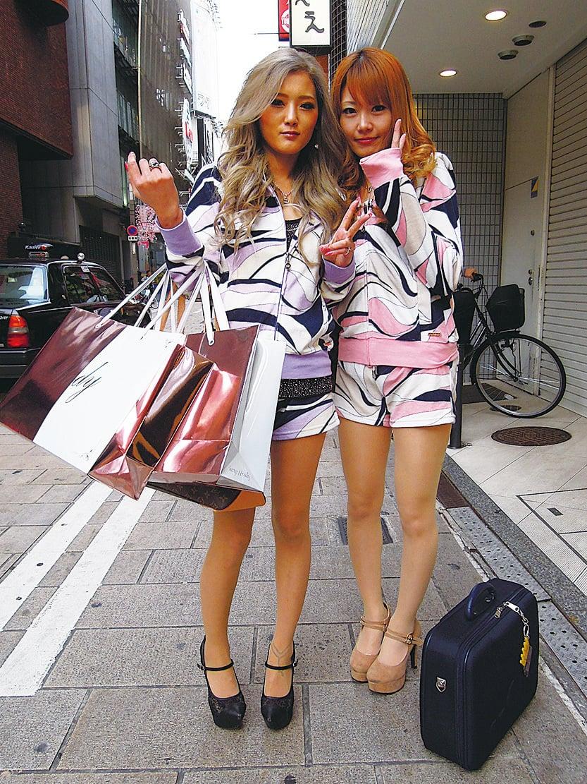 流行的衣服是雜誌上刊登的,不願為衣服花錢的大阪人還是會一窩蜂地去買的。一時間,滿街都是爆款。圖為大阪街頭快照(snapshot)。(網絡圖片)