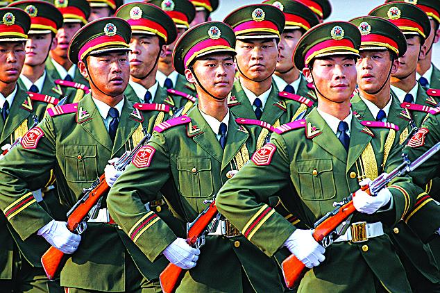 牢牢掌控軍權,穩定軍心,是習當局十九大佈局的重中之重。圖為中共軍隊在北京一個歡迎儀式中步操。(Getty Images)