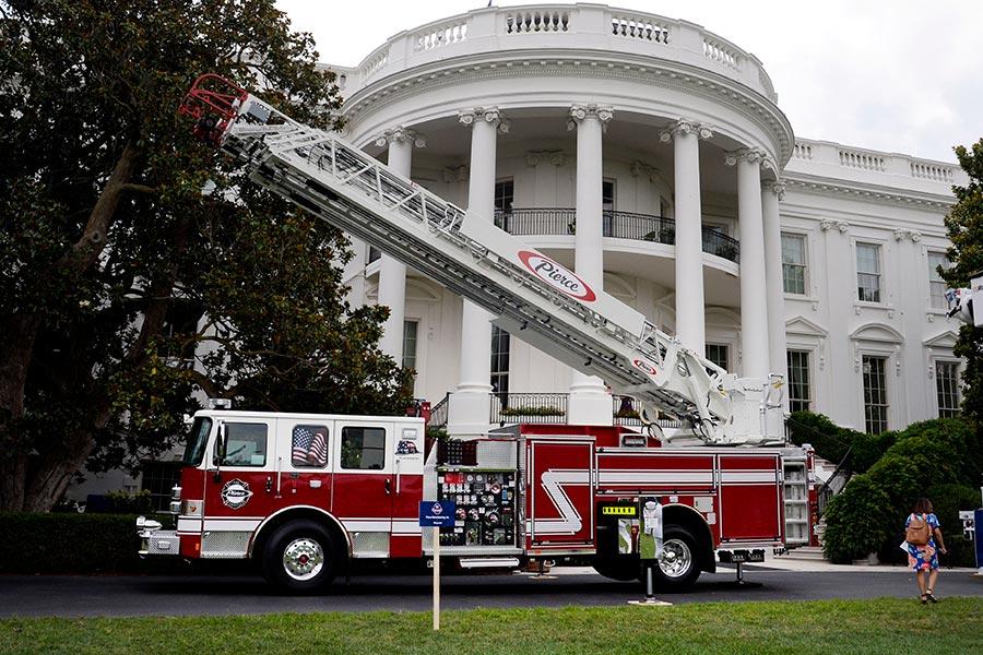由威斯康辛州一家美國企業生產的消防車在白宮展出。(OLIVIER DOULIERY/AFP/Getty Images)