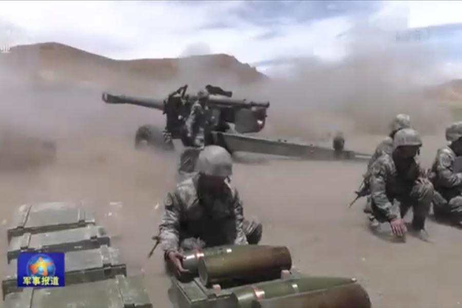圖為中共軍隊近日在西藏進行實彈演練的片段。(視像擷圖)