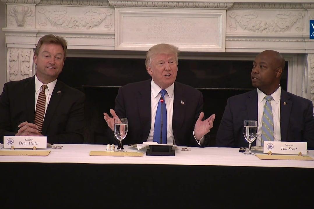 美國總統特朗普在午餐會上敦促國會議員盡快通過奧巴馬健保替代法案。(白宮視像擷圖)
