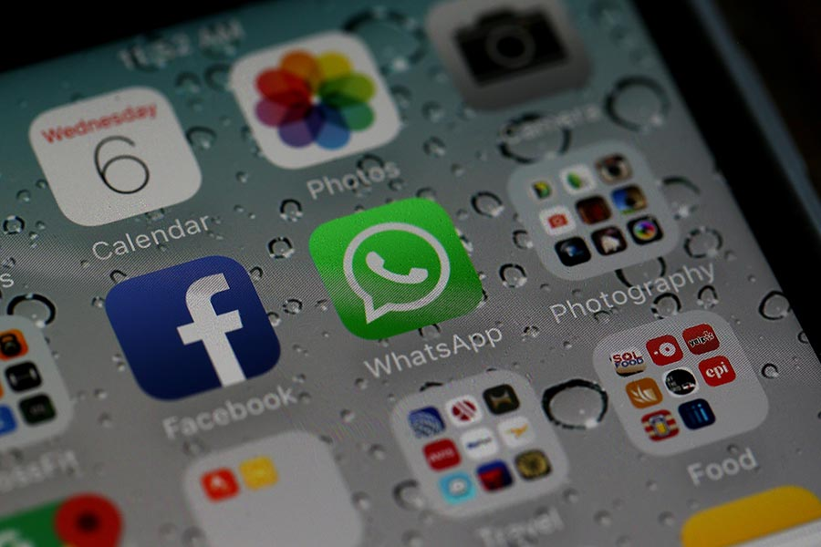 圖為Facebook和旗下即時通訊手機程式WhatsApp。(Justin Sullivan/Getty Images)