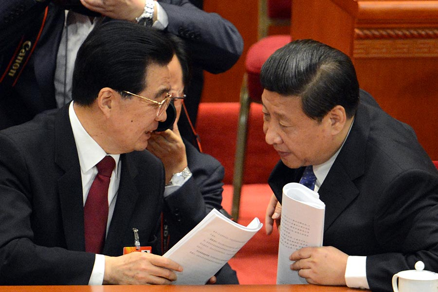 胡錦濤(左)2002年上任後,江澤民利用其心腹架空了胡的權力,甚至傳胡多次遭到江派人馬暗殺。習近平(右)2012年上任後,胡、習聯手打擊江派。(GOH CHAI HIN/AFP/Getty Images)