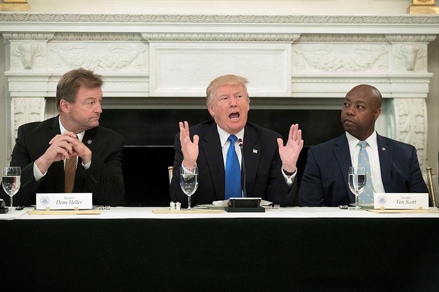 特朗普總統周三(7月19日)告訴共和黨參議員們,在他們通過健保法之前,不應該離開華盛頓。(Michael Reynolds – Pool/Getty Images)