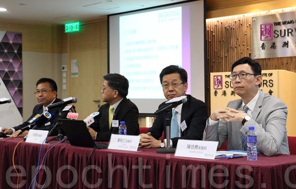 香港測量師學會昨日向政府提出7大建議,包括促進私營機構釋放土地供應、更有效利用工廈空間、尋覓適合的棕地作發展等。(李逸/大紀元)