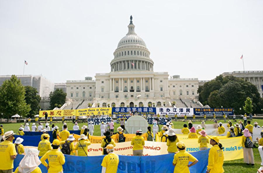 美國東部法輪功學員在國會山舉行大型集會。(李莎/大紀元)