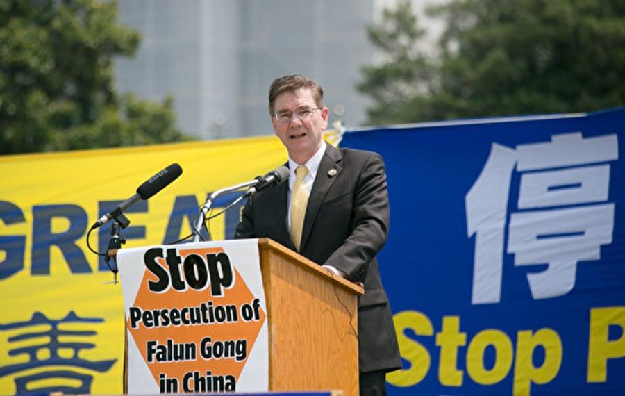 賓西法尼亞州國會眾議員凱斯.羅斯福斯(Keith J. Rothfus)表示欽佩法輪功學員多年來始終如一的和平非暴力反迫害。(李莎/大紀元)