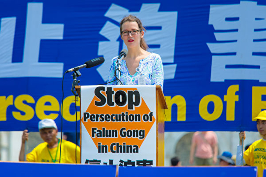 密蘇里州國會議員瓦格納(Ann Wagner)的外交政策顧問韋格利(Rachel Wagley)代表議員到場發言。(Mark Zou/大紀元)