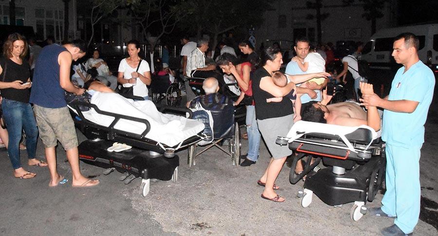 周五(7月21日)凌晨,土耳其外海發生6.7級地震,造成2死近500人傷,並引發了小型海嘯。圖為受傷的民眾在土耳其博德魯姆州立醫院花園接受治療。(AFP PHOTO / DOGAN NEWS AGENCY / Turkey OUT)