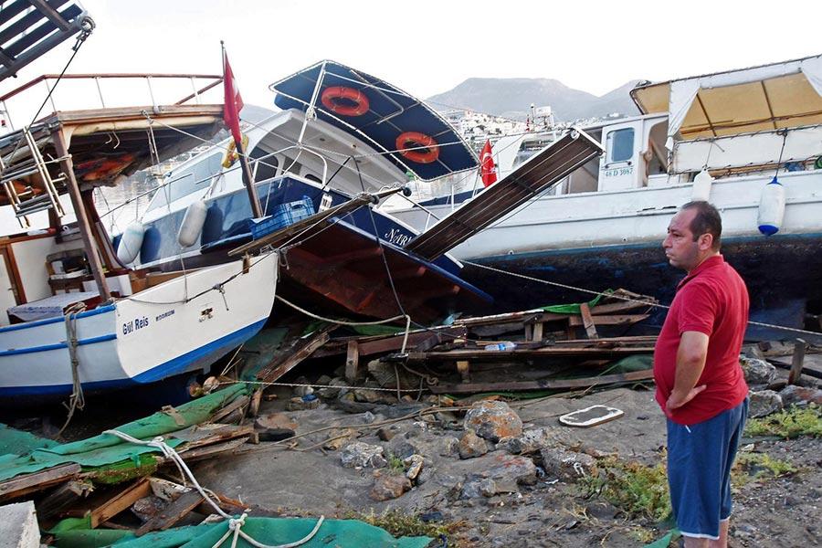 周五(7月21日)凌晨,土耳其外海發生6.7級地震,造成2死近500人傷,並引發了小型海嘯。圖為海嘯後,在沙灘上的受損船隻。(AFP PHOTO DOGAN NEWS AGENCY / Turkey OUT)