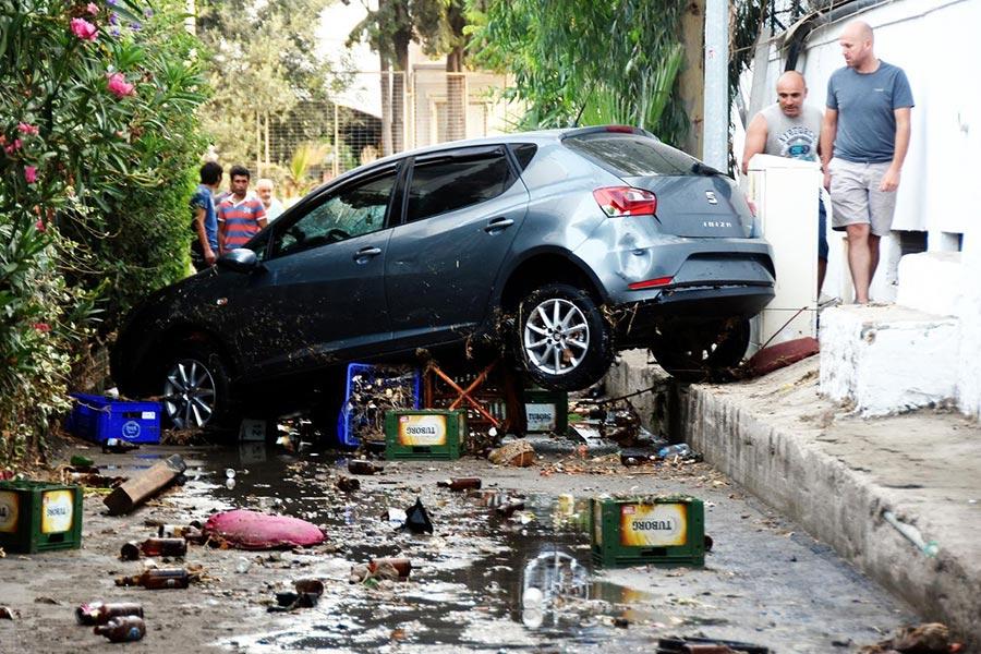 周五(7月21日)凌晨,土耳其外海發生6.7級地震,造成2死近500人傷。圖為在地震受損的車輛。 AFP PHOTO / (AFP PHOTO / DOGAN NEWS AGENCY / Turkey OUT)