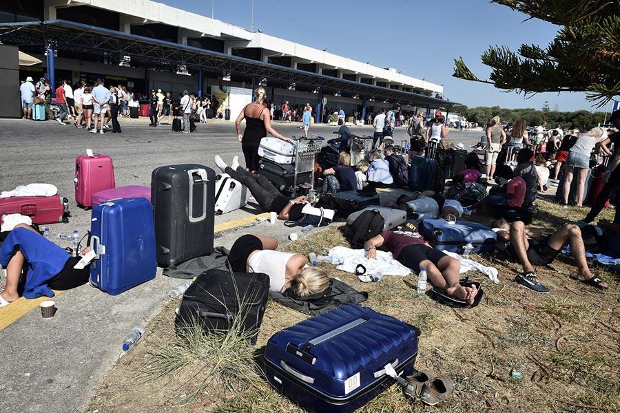 周五(7月21日)凌晨,土耳其外海發生6.7級地震,造成2死近500人傷,並引發了小型海嘯。圖為地震發生後,遊客紛紛逃離到科威特島機場航站樓外。(AFP PHOTO / LOUISA GOULIAMAKI)