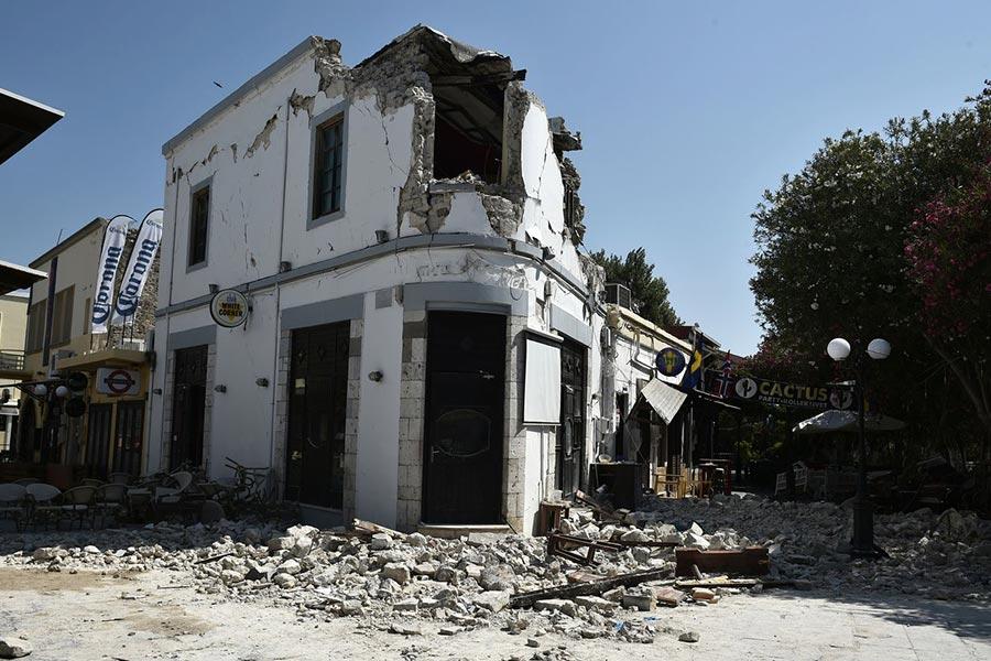 周五(7月21日)凌晨,土耳其外海發生6.7級地震,造成2死近500人傷。圖為在地震中受損的建築物。(AFP PHOTO / LOUISA GOULIAMAKI)