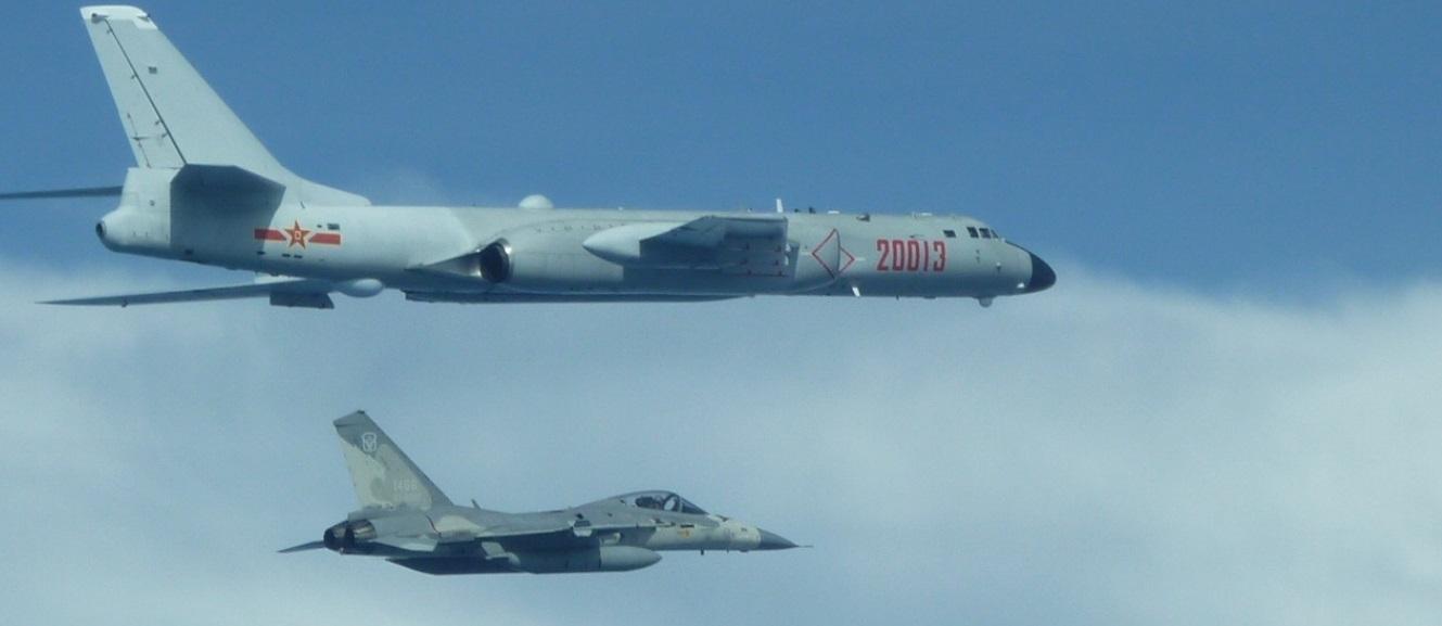 中共10架戰機在7月20日飛越東海上空,台灣國防部21日首次發佈由空軍拍攝的中共轟6K軍機,旁邊是台灣空軍的經國號戰機照片,顯示中共戰機進入台灣的防空識別區。(台灣國防部)