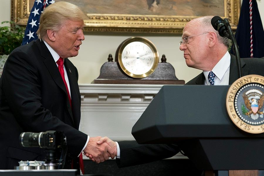 7月20日在白宮,美國總統特朗普與輝瑞製藥首席執行長瑞德(Ian Read)握手,祝賀該公司回美建廠。(SAUL LOEB/AFP/Getty Images)