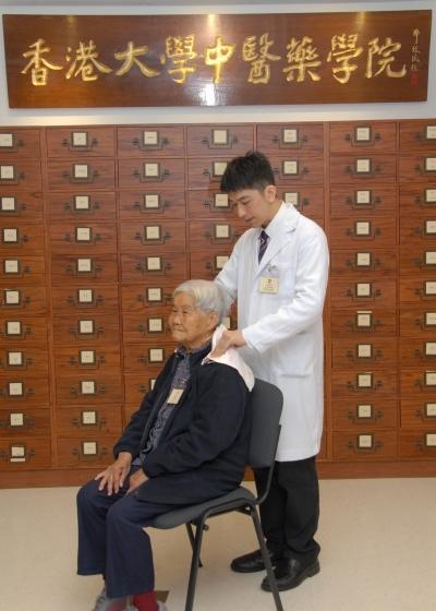 港大中醫學院推「怡老按摩」助緩長者痛症