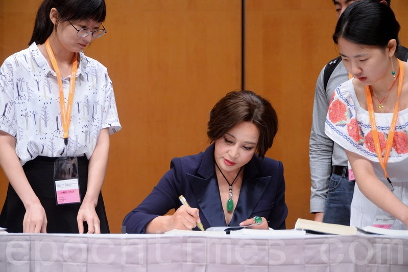 劉曉慶為讀者簽名。(宋碧龍/大紀元)