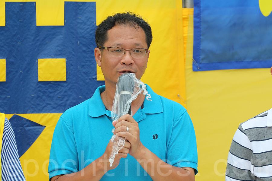 支聯會副主席蔡耀昌來臨集會並發言香港法輪功團體無懼風雨在8號風球下舉行集會遊行,感到敬佩.(李逸/大紀元)
