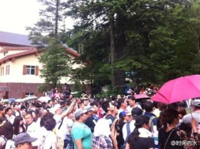 2012年7月,卸任北京市委書記不久的劉淇到長白山旅遊,吉林省高官為拍劉馬屁,在遊客高峰期封閉整座長白山,上萬名遊客被逼滯留景區外四五個小時,引發抗議。(網絡圖片)