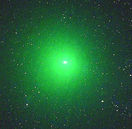 彗星掠過地球 罕見發出綠光