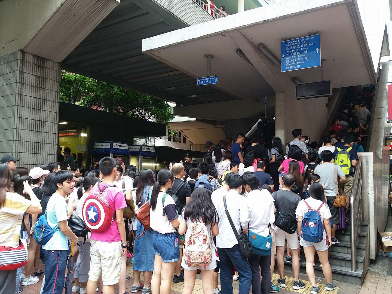 灣仔港鐵站外,有大批參加市民等候上灣仔天橋。(Jackson Lo /香港突發事故報料區facebook)